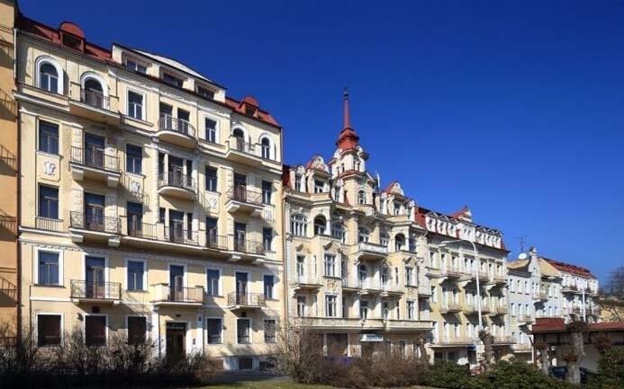 Komplex hotelů Kossuth a Romania leží kousek od kolonády