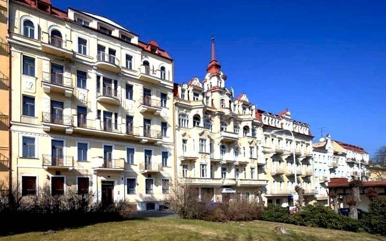 Hotel Romania leží jen 400 metrů od lázeňské kolonády