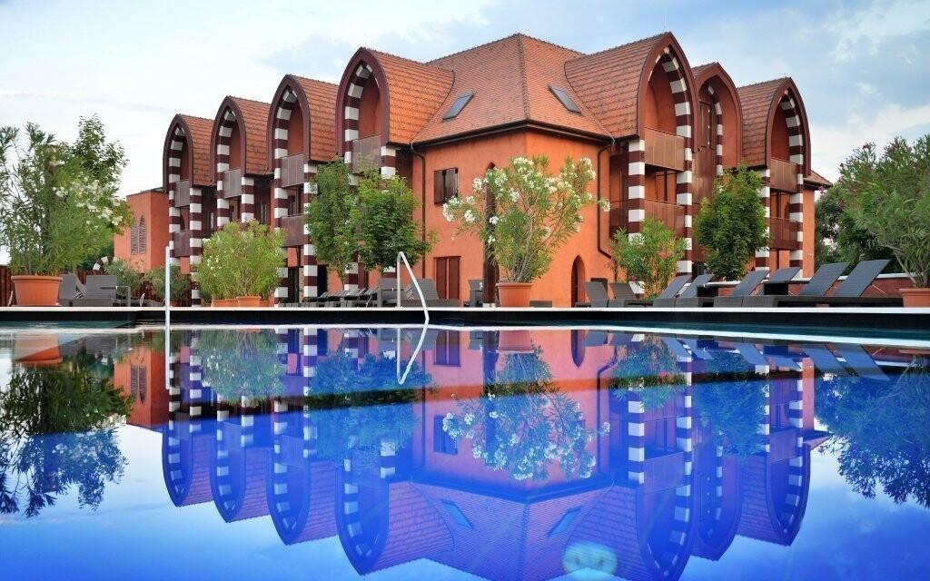 Hotel vyniká neobvyklou orientálnou architektúrou