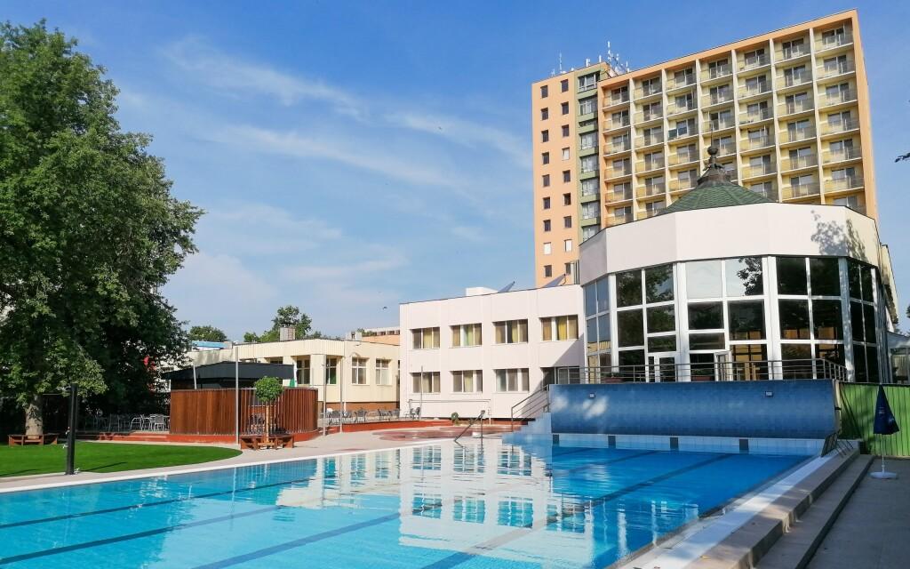 A szálloda számos úszómedencével rendelkezik