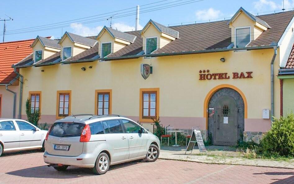A Hotel Bax épülete Znojmo csendes részén található