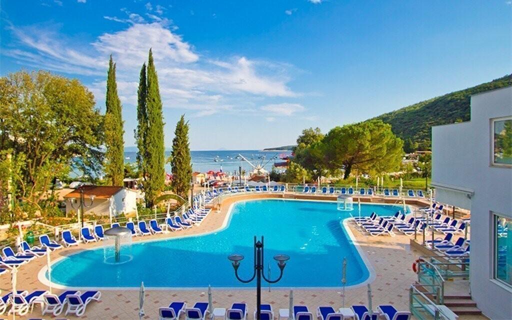 Vo vedľajších hoteloch nájdete bazény, ktoré môžete využívať