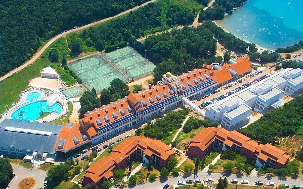 Areál hotela Croatia*** leží priamo pri mori