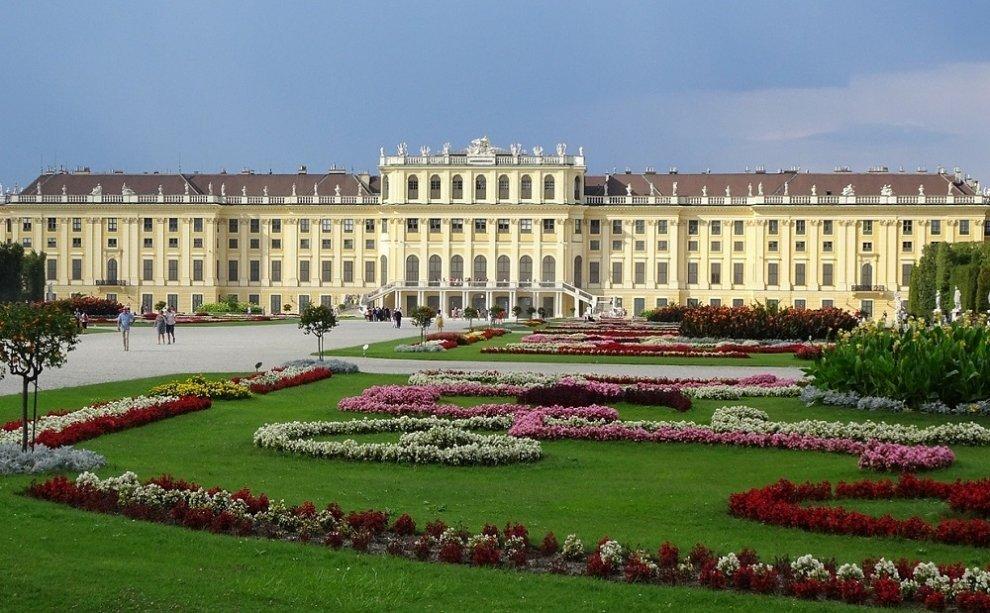 Vídeňský zámek Schönbrunn s krásnou zahradou