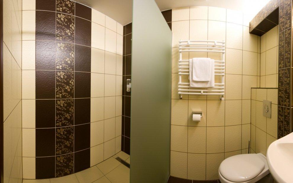 K izbe patrí aj krásna kúpeľňa