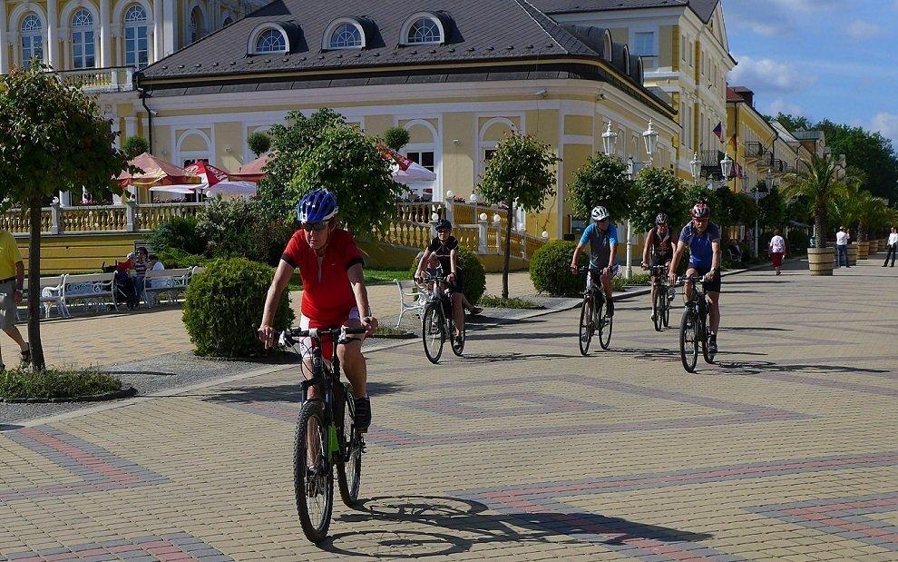 Cyklisté na pohodové projížďce ve Františkových Lázních
