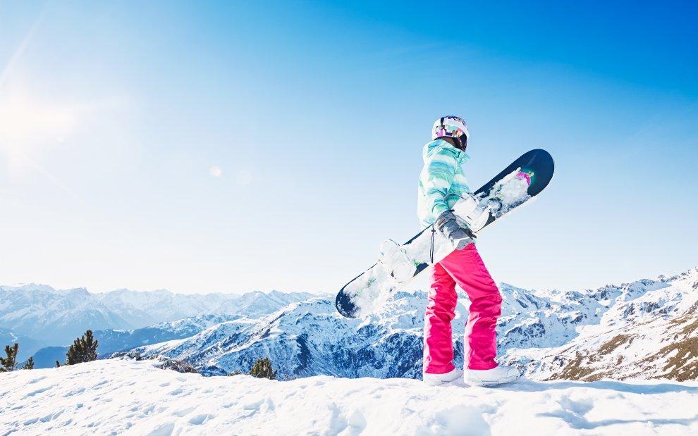Snowboardista na kopci