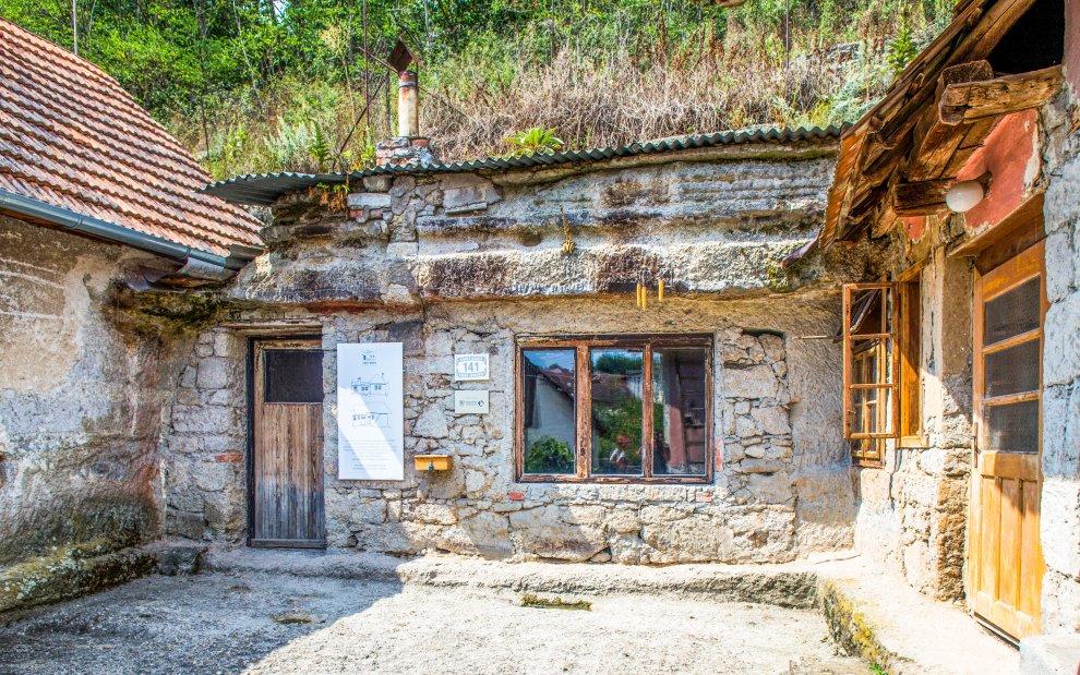 Kamenné obydlia Brhlovce