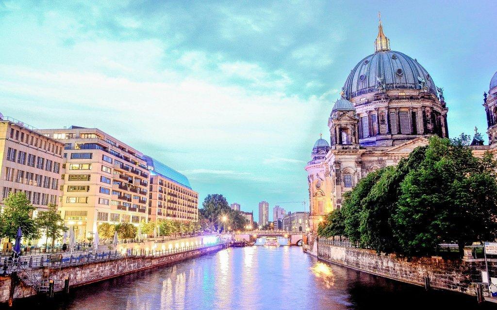Berlín přímo v centru v hotelu A&O Berlin Mitte se snídaní + 2 děti zdarma