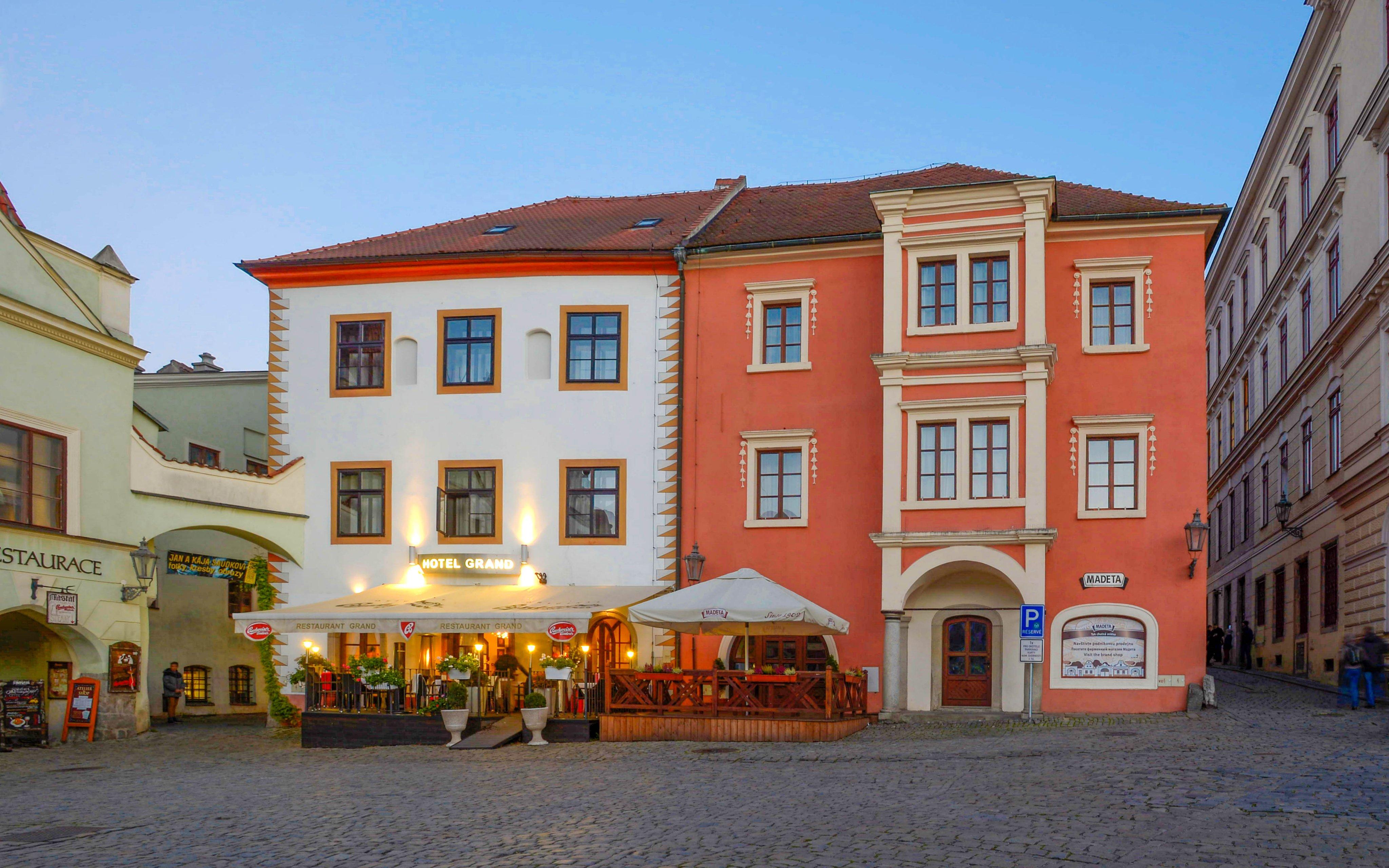 Český Krumlov luxusně v Hotelu Grand **** s neomezenou konzumací vína, sektem a polopenzí + dítě zdarma