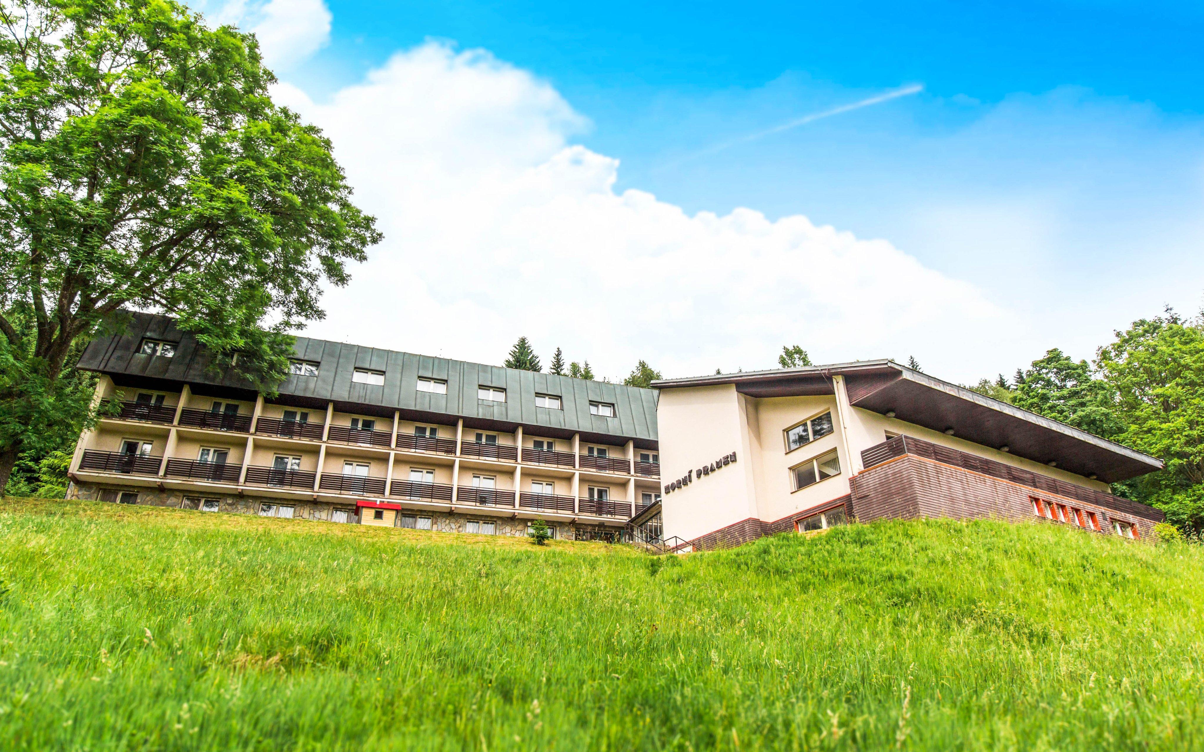 Krkonoše: Špindlerův Mlýn v Hotelu Horní Pramen s polopenzí, kávou se zákuskem, vyžitím a slevami